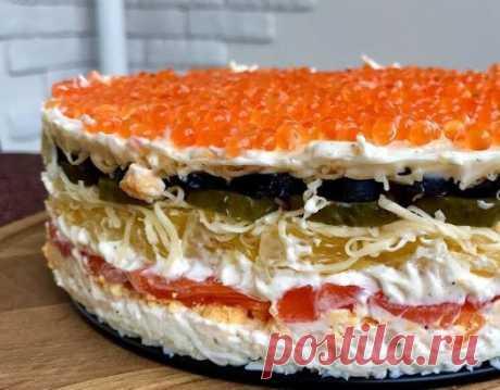 Непревзойдённый салат «Русалочка» Яйцо - 5шт Красная рыба (слабосолёная) – 300 гр. (или заменить скумбрией, селедкой) Спелый апельсин – 2 шт. Маслин – 1 баночка Маринованные огурцы – 2 шт. Красная икра – 1 баночка (или заменить крабовыми палочками) Майонез – 150 гр. По вкусу соль, перец. Не смотря на то, что заменяемые продукты кажутся по вкусу не совсем аналогами, потрясающий вкус остается, нам одинаково нравятся все варианты этого салата, надеемся, Вы разделите наш восторг! )