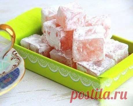 Клюквенный рахат-лукум Приготовить это турецкое лакомство дома несложно. Попробуйте добавить в лукум орехи или любое варенье по вашему вкусу — вам обязательно понравится! Ингредиенты: Сахар — 300 г Крахмал кукурузный — 1 стакан Лимонный сок — 1 ст. л. Клюквенное варенье — 3 ст. л. Сахарная пудра (для подачи) — по вкусу Приготовление: 1. Сахар пересыпьте в кастрюлю, залейте 1 стаканом воды и добавьте лимонный сок. Поставьте на огонь и, помешивая, доведите до кипения. Сахар должен полностью р