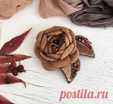 """Брошь """"Цветок""""  Цветок из натуральной замши , стразовой ленты, итальянских пайеток и чешских бусин."""