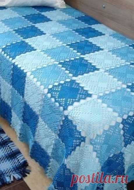 Плед из квадратных мотивов связан крючком в сине-голубой гамме.