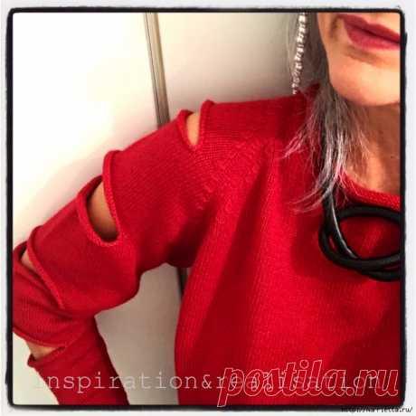 Женский пуловер спицами с прорезями на рукавах