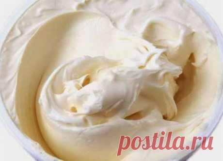 Нежный крем для тортиков  Вкусный и нежный крем для тортов и пирожных на основе сметаны, по вкусу напоминающий пломбир. Ингредиенты:  - 500 гр.сметаны 20% - немного лимонной цедры - 2 яйца - 3 ст.л. муки - 180 гр. сахара - 2 …