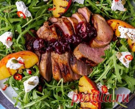 Утка с вишневым соусом и салатом с жареными персиками