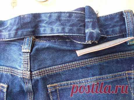 Как можно увеличить объем джинсов в талии Хочу поделиться с вами своим ноу-хау.  Бывают случаи, когда джинсы в талии чуть тесноваты, буквально 2 см не хватает и тогда я поступаю следующим образом.  Сзади отпарываю верхний край шлёвки по средн…