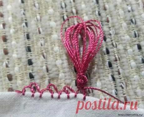 La franja para el pañuelo o el chal por las manos