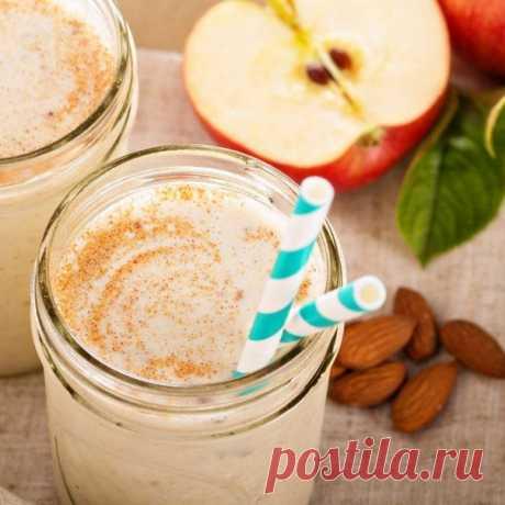 Кефирный коктейль с яблоком  Предлагаем рецепт яблочного коктейля с кефиром, который с удовольствием выпьет каждый член вашей семьи на ночь.  Ингредиенты: кефир — 400 мл яблоко — 3 шт. корица молотая по вкусу мед — 2 ст.л.  Приготовление:  Яблоки помыть, очистить от кожуры, удалить сердцевину. Натереть на мелкой терке или сделать пюре с помощью блендера. Яблочное пюре залить холодным кефиром. Взбить. Добавить в коктейль немного корицы и мед, снова взбить. Разлить коктейль ...