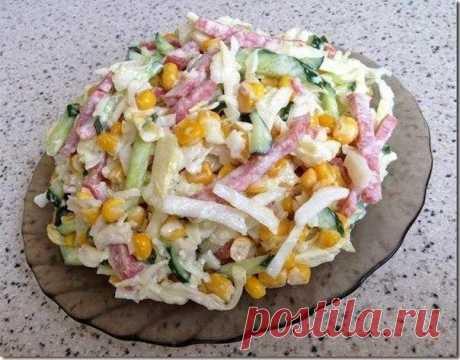 La ensalada sabrosa con la col, los pepinos y kopchennoy por el embutido
