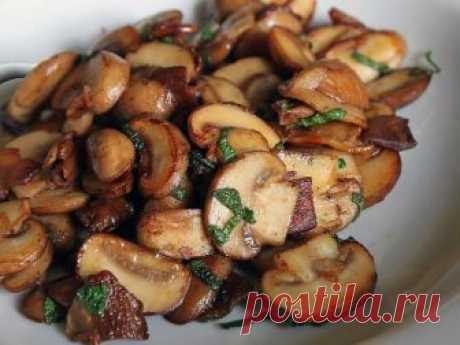 Секретный рецепт приготовления идеальных грибов! Ингредиенты    Шампиньоны — 500 г  Белое сухое вино 2–3 ст. л.  Чеснок 2–3 зуб.  Оливковое масло по вкусу  Соль по вкусу  Приготовление   Грибы нарежьте пластинками.  На сковороде