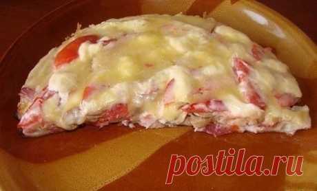 """Пицца """"Минутка"""" Ингредиенты: Яйцо — 2 шт. Майонез — 4 ст. л. Сметанa — 4 ст. л. Мука (без горки) — 9 ст. л. Сыр Колбаса Грибы (По желанию) Помидор Приготовление: 1. Смешать яйцо, муку, сметану, майонез 2. Тесто получается жидкое, как сметана 3. Тесто вылить на сковороду и уже сверху положить любую начинку. У меня сосиски, потом чуть копченой колбасы, слегка прожаренные грибы 4. Сверху помидоры. Сделать сеточку из майонеза и засыпать толстым слоем сыра. Ставим сковороду на плиту на 10 минут, огон"""