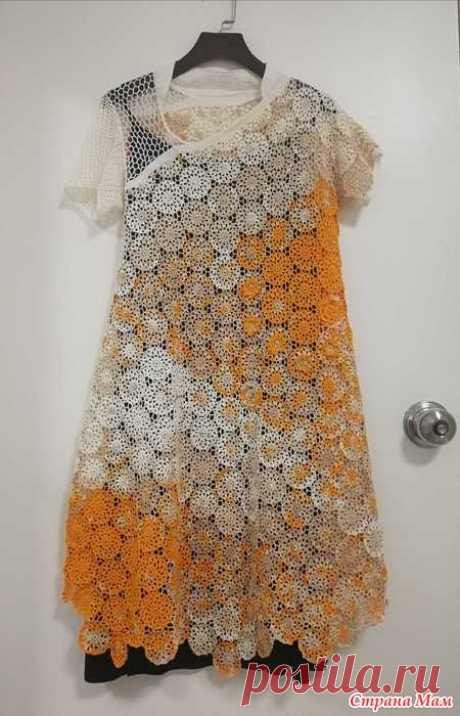 Платье - идея для творчества Платье выполнено круглыми ажурными мотивами из пряжи секционного крашения. Описание и схемы отсутствуют.