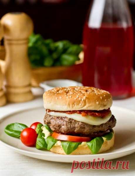 """Бургеры """"Капрезе"""" на Вкусном Блоге Сочный вкусный гамбургер по мотивам одноименного итальянского салата. Котлета из говядины здесь дополнена базиликом, моцареллой и помидорами – все, как в салате """"Капрезе"""" 🙂 Соусы – облагороженный майонез и кетчуп (как именно – идем читать внутрь пост 😉 ). Блюдо делается довольно просто и хорошо подходит для приготовления на гриле…"""