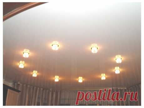 Натяжной потолок с лампочками: варианты освещения в прихожую, зал и другие комнаты Натяжной потолок с лампочками: варианты освещения в прихожую, зал и другие комнаты. Какие светильники можно устанавливать в натяжной потолок. Критерии выбора лампочек для натяжных потолков в разных комнатах.
