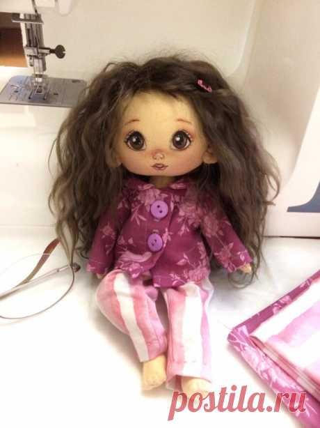 Новая куколка. Вот, хвастаемся пижамкой.
