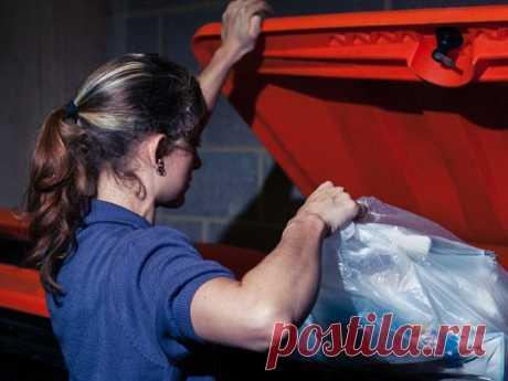 Почему нельзя выносить мусор вечером Народная примета запрещает выносить мусор после заката солнца. Согласно поверью, такой поступок грозит серьезными неприятностями.