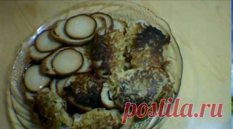Горячие бутерброды к завтраку.  1 батон, 200 г. колбасного сыра, 40 г. сливочного масла.  Картофель, яйцо. соль. перец.
