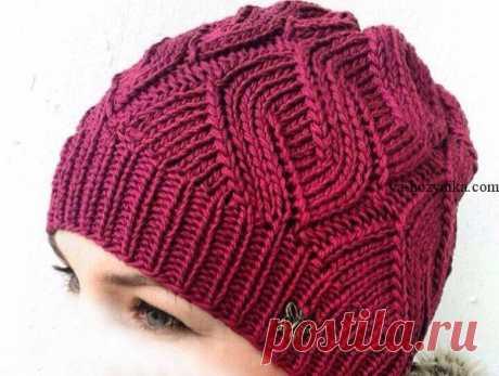 Бордовая шапочка спицами. Женская шапочка красивым узором