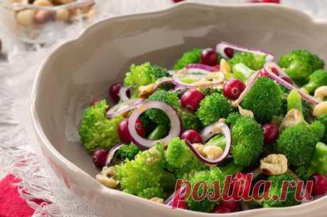 Добрый день. Продолжаем готовить блюда из брокколи, и я не могу не поделиться с вами рецептами салатов с этой красивой