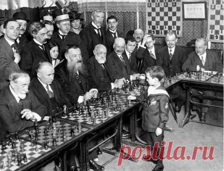 Взрослые никак не ожидали, что 8-летний мальчик обыграет их всех за час. История знаменитого фото Моё любопытство – главный двигатель этого блога. Как обычно, сначала я увидел фотографию, на которой малыш в шортах и матроске проводил сеанс одновременной игры в шахматы с дюжиной...