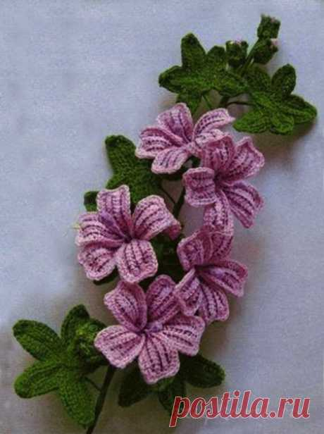 Красивый вязаный цветок крючком может стать как декором для одежды, так и отдельным элементом для украшения дома.