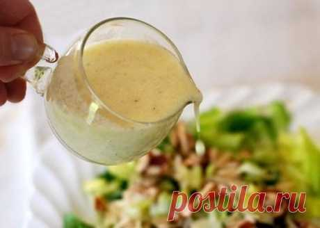 5 самых вкусных заправок для салатов 1. Классическая салатная заправка Ингредиенты: -1/2 стакана оливкового масла -сок половины лимона -1/2 ч. л. соли -1/4 ч. л. свежемолотого черного перца Приготовление: В небольшой миске с помощью вилки или венчика взбейте лимонный сок с солью и перцем. Продолжая взбивать, влейте оливковое масло. К полученной смеси можно добавить по вкусу немного горчицы. Заправляйте зеленые и овощные салаты. 2. Заправка с твердым сыром