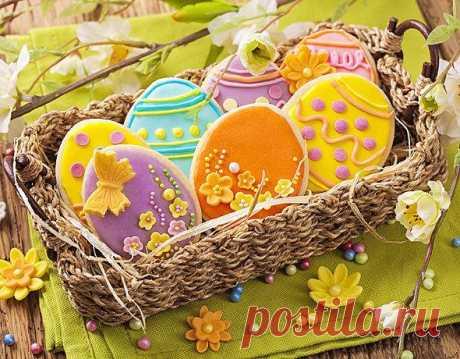 Пасхальные угощения для детей. Для пасхальных пряников понадобятся тематические формочки, например, яйцо, кролик, цыпленок, цветочек, ангел. Если у вас нет подходящих формочек, сделайте шаблон из картона и с его помощью вырезайте из теста фигурки.
