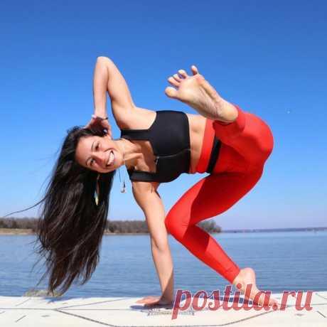 Йога по выходным   Используй – или потеряешь. В естественном состоянии тело человека здорово. Хотя наибольшую долю на наше здоровье оказывает питание, но если значительную часть времени мы проводим неподвижно, наступает атрофия мышц, слабость, понижается тонус внутренних органов. ⠀ Используй, или потеряешь - Мышцы, суставы, все чем наше тело не пользуется, становится негодным и начинают скрипеть как ржавые дверные петли. ⠀ - Не сможете перешагнуть широкую лужу или дотянуть...