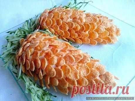 """САЛАТ """"ШИШКИ"""" Ингредиенты:  консервированные ананасы 1 банка;  твёрдый сыр 300 г;  куриное филе 2-3 штуки;  яйца 5 штук;  майонез по вкусу;  соль, перец.  Для украшения:  свежий огурец;  кукурузные хлопья.  1 Куриные грудки отварить , мелко порезать 2 Яйца средней тёрке.  3 Сыр натереть на средней..."""