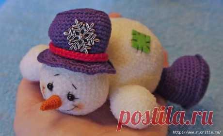 вязаный веселый снеговик