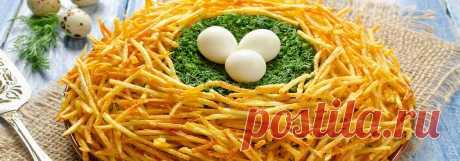 Домашний салат гнездо глухаря • Рецепт Приготовьте вкусный, праздничный домашний салат гнездо глухаря с куриным филе. К тому же рецепт приготовления этой закуски с картофелем, свежими огурцами, луком, куриными и перепелиными яйцами, зеленью и майонезом очень простой.