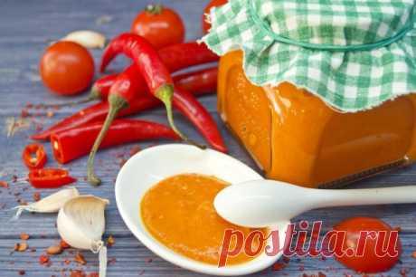 La salsa picante «Chile con cherri» Ahora de nuevo empezaba a regalar a los próximos los regalos, preparados por las manos. Invito a alegrar a los hombres, los aficionados de los platos picantes, la salsa «Chile con cherri». Preparen la salsa brillante, aguda, de fuego, ra …