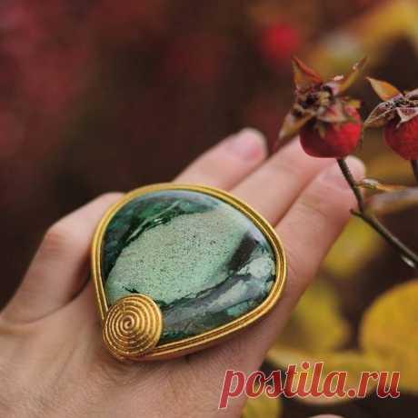 Малахит с включением хризоколлы заключеннный в итальянскую металлизированную кожу оттенка яркого золота. Кольцо выполнено на заказ, если и вы любитель  крупных колец с уникальными камнями, то я буду рада сделать для вас эксклюзивное украшение!