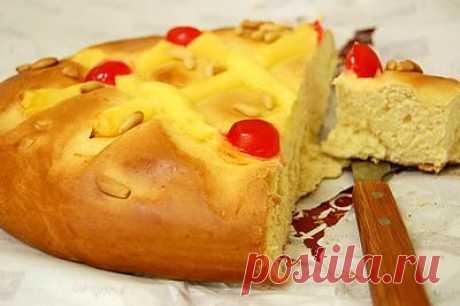 "Pie \""Cook San Juan\"" (Coca de San Joan) \u000a\u000aIngredients: flour: 400 grams, milk: ¼ cups, sugar: 100 grams, pine or pine nuts: 50 grams, the pressed yeast: 25 grams, egg: 4 pieces, oil: 50 grams, zasakha"