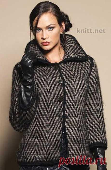 Пальто спицами  Вязаное пальто с геометрическим узором. Классическая модель кроя, геометрический рисунок, застежки — пуговицы — актуальная модель для весеннего и осеннего времени года. Объемный воротник смотрится потрясающе, а рукава 3/4 позволят носить удлиненные перчатки. Вам потребуется: 500/550/600/650/ 700 г чёрной. 300/350/400/45G/ 500 г серей пряжи Аnnу Blatt Nunki (71% шерсти. 29% шерсти яка, 85 м/ 50 г): спицы № 5.5, крючок № 5, 3 пуговицы.  Узоры и вязки:  Лицева...