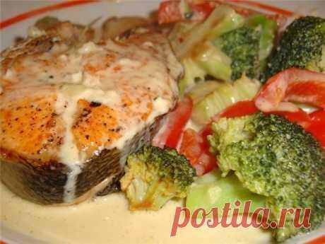 Рыба с овощами, запеченная в молочном соусе  Ингредиенты: - 1 кг филе рыбы (хека, трески, судака или любой другой нежирной рыбы), - 3 помидора, Показать полностью…