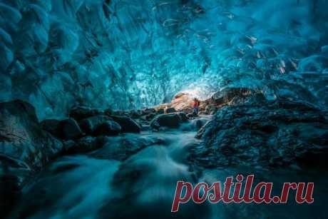 «Исследователь». Пещера под ледником Брейдамеркурйокутль, Исландия. Автор фото – Вадим Балакин: