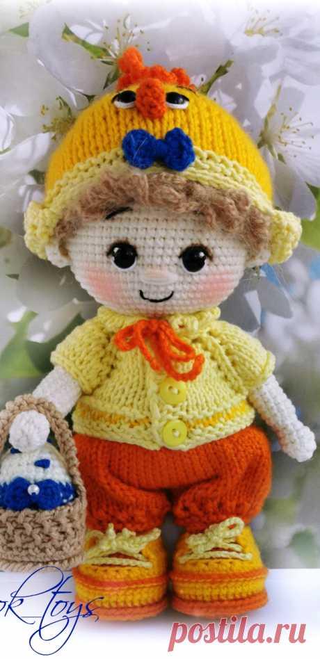 PDF Пупс малыш в костюме цыпленка крючком. FREE crochet pattern; Аmigurumi doll patterns. Амигуруми схемы и описания на русском. Вязаные игрушки и поделки своими руками #amimore - кукла, пупс, куколка, мальчик.