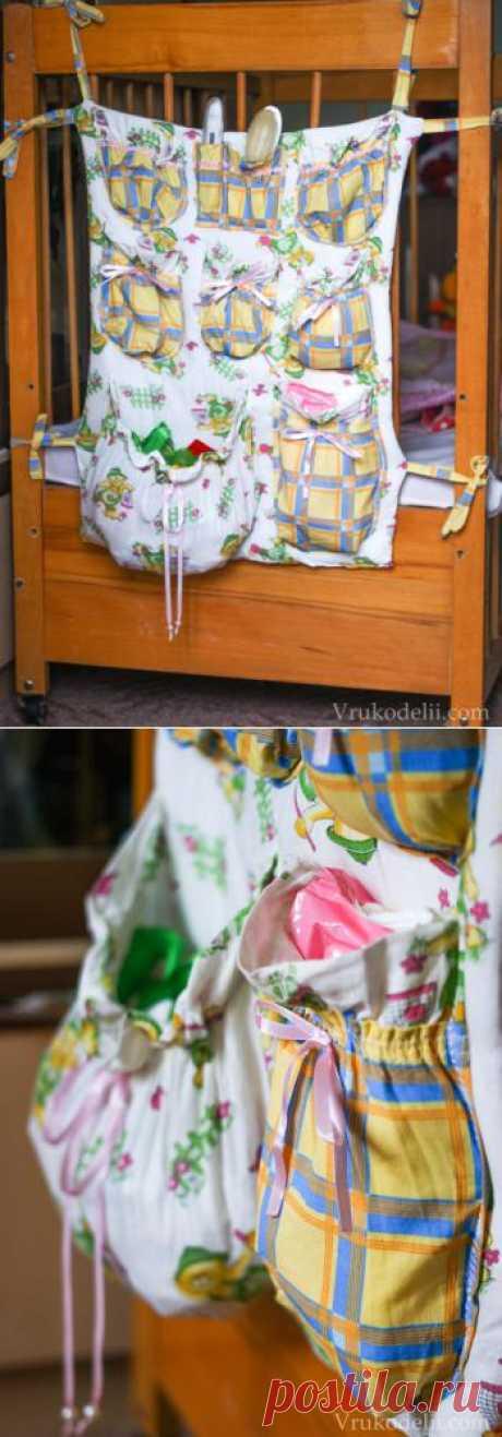 Красочный фартук с кармашками на детскую кроватку