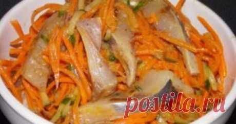 Хе из сельди - Вкусный день Для приготовления салата ХЕ из малосольной сельди, нам понадобится: Сельдь малосольная 2 шт Морковь 3 шт Огурец 2 шт Лук репчатый 3 шт Чеснок 1 зубок Растительное масло Уксус 9% 2 ст л Приправа для корейской морковки Сахар 1 ч л Соль 0.5 ч л Репчатый лук нарезать и обжарить на растительном масле до золотистого