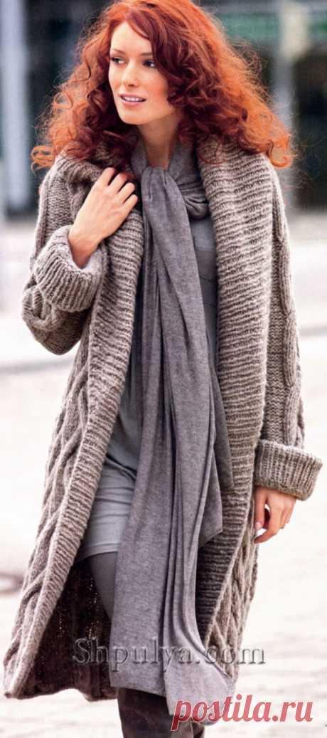 Бежевое пальто с косами, вязаное спицами