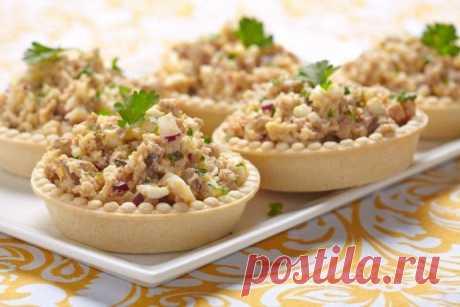 Салат из печени трески, риса и яиц