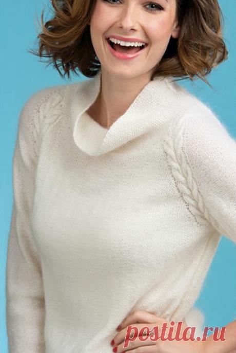 Белый джемпер спицами, с косой-регланом.