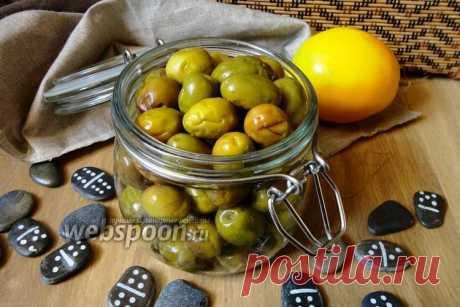 Засолка оливок  Готовим солёные оливки дома  Засолить оливки несложно, но процесс требует времени, так как оливки нужно вымачивать в воде более 10 дней. Это способ приготовления оливок самый простой, по этому рецепту можно приготовить как зелёные оливки, так и спелые (чёрные) маслины.  Единственное, когда будет вымачивать чёрные оливки, то они потеряют немного цвета.