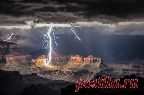Фотографу Рольфу Маедеру удалось сделать поистине редкие кадры. Находясь в знаменитом Гранд-Каньоне он запечатлел начало грозы и как молнии со страшным грохотом били по склонам.
