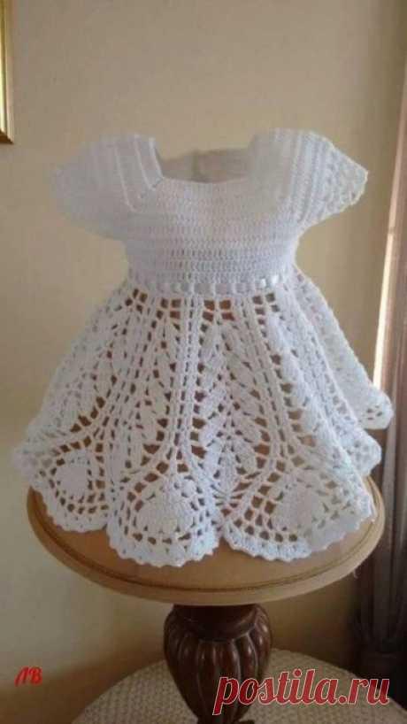 El vestido infantil por el gancho