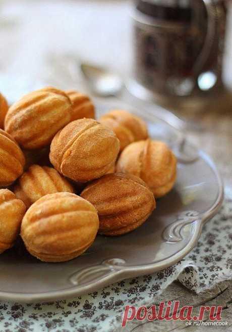"""Вкус детства - печенье """"Орешки""""  Ингредиенты:  для теста: 1,5 стакана муки 70г сливочного масла 3ст.л. сахара 1 яйцо 1/3 ч.л. разрыхлителя соль  для начинки: 1 банка сгущенки (отварить в течении 2-3х часов в большом количестве воды)  Приготовление:  1. Яйцо взбейте венчиком вместе с сахаром, пока сахар не растворится. Масло растопите, дайте немного остыть и постоянно помешивая добавьте к яйцам. Муку просейте с разрыхлителем и щепоткой соли. Добавьте муку к яично-масляной с..."""