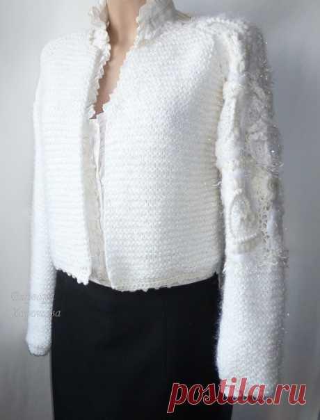 Белый вязаный кардиган. Оверсайз. Модное крупное вязание. Оригинальное оформление рукава. Белый цвет всем к лицу. Дополнит как классический наряд, так и в стиле бохо. Фасон можно изменить по Вашему желанию. Например, связать в таком стиле болеро или, наоборот, сделать кардиган длиннее.