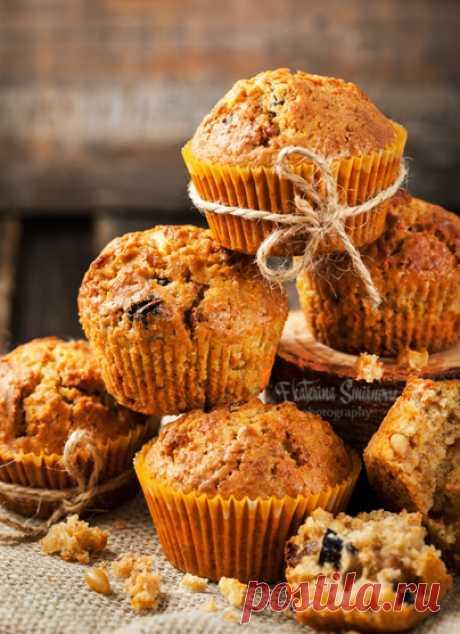 """Пряные морковные маффины Эти маффины хороши тёплыми и свежими, но более интенсивный вкус (как и вся выпечка со специями) они приобретают какое-то время спустя. Так что их очень удобно сделать с вечера на завтрак, например. Сочные, ароматные, вкусные! Инджой! Carrot spice muffins Рецепт из книги Дори Гринспэн """"Baking. From…"""