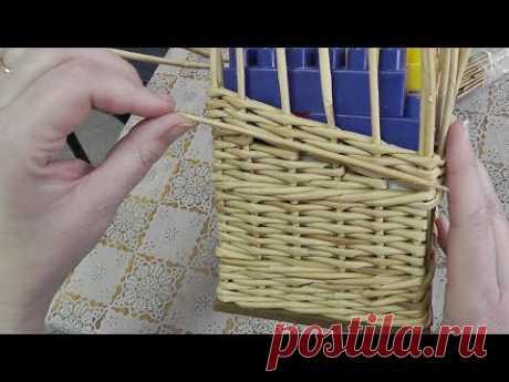 Задняя стенка корзины укороченными ситцевыми рядами. Плетение из газет