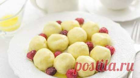 Ленивые творожные вареники с малиной - БУДЕТ ВКУСНО! - медиаплатформа МирТесен Очень вкусно и быстро. Ингредиенты: 500 г творога 100 г муки + 2-3 ст. л. на обкатку 1 - 2 ст. л. сахара 1 ч. л. ванильного сахара 1 яйцо щепотка соли Также: замороженная малина или другие ягоды, сухофрукты сливочное масло для готового блюда У меня на сайте уже есть один рецепт — Ленивые вареники,