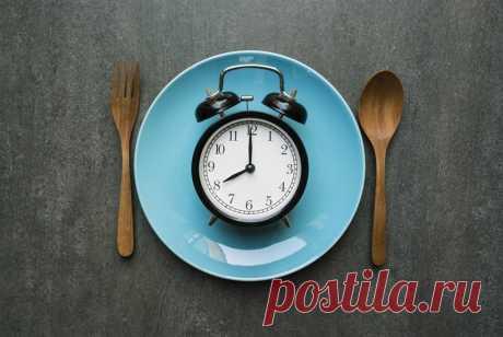 Интервальное голодание Что, если я скажу вам, что завтрак - не самый главный прием пищи? Что, если я скажу вам, что важнее не то, что вы едите, а то, когда вы едите?  Давайте разбираться вместе что такое интервальное голодание и с чем его едят.